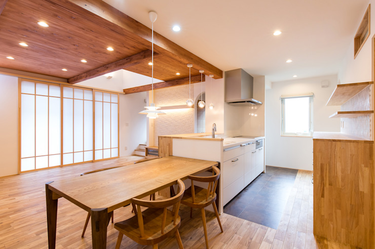Modern Dining Room by 株式会社ルティロワ 一級建築士事務所 Modern Solid Wood Multicolored