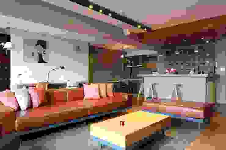 搶眼的棕紅色皮沙發是整個客廳空間的主角 根據 直方設計有限公司 工業風
