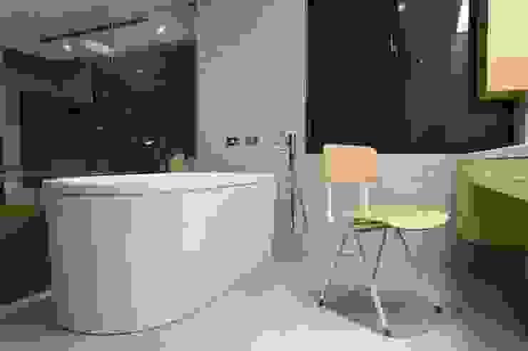 簡單俐落的主臥浴室搭配上深閎浴缸 根據 直方設計有限公司 工業風