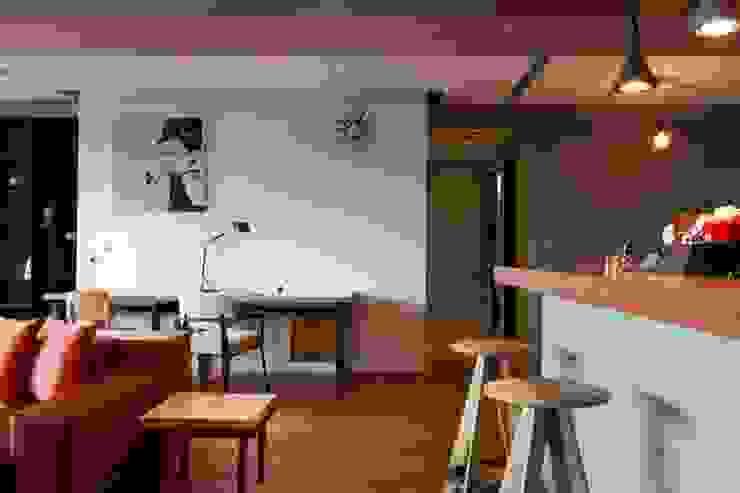 在寬敞的客廳也放上書桌當作簡便的工作檯 根據 直方設計有限公司 工業風