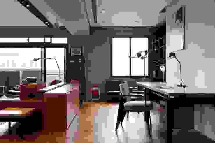 客廳與工作空間利用櫃子隔出,也讓雜物有收納空間 根據 直方設計有限公司 工業風