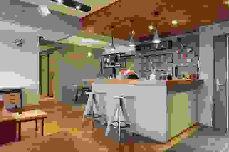 木製天花板讓整個空間更有酒吧的氛圍 根據 直方設計有限公司 工業風