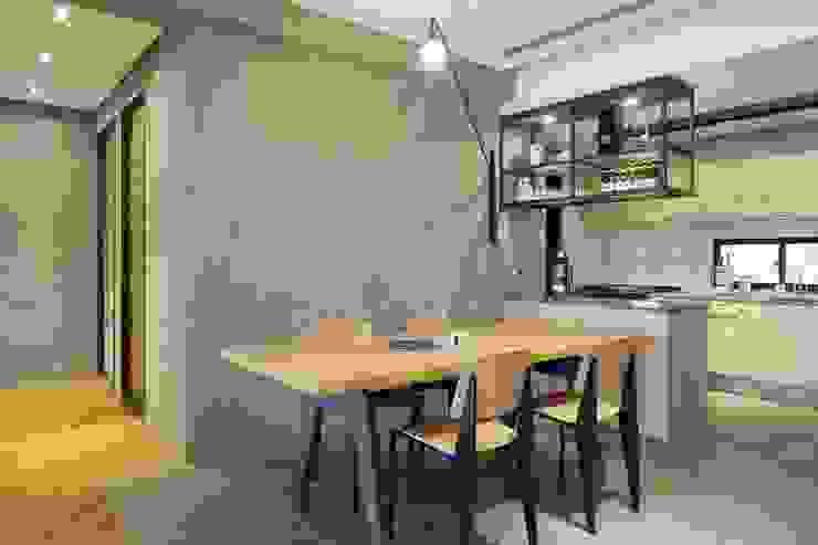 用餐空間與廚房透過櫥櫃隔開,但又不會阻擋在兩個不同空間的人之間交流 根據 直方設計有限公司 工業風