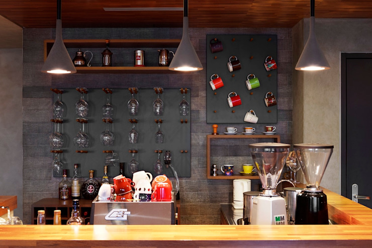 利用吧檯的牆面掛置酒杯與馬克杯,成為另類的裝飾 根據 直方設計有限公司 工業風