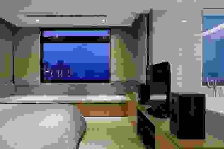 主臥的窗戶下設置躺臥空間可以讓人看書或望景 根據 直方設計有限公司 工業風