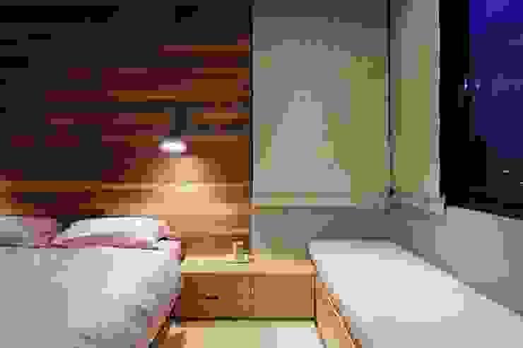 木頭材質的床頭牆讓臥房帶有些許又不過於陽剛的工業風 根據 直方設計有限公司 工業風