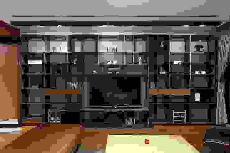 客廳的電視牆擁有龐大收納機能,隨著擺放不同的物件而變換空間視覺 根據 直方設計有限公司 工業風