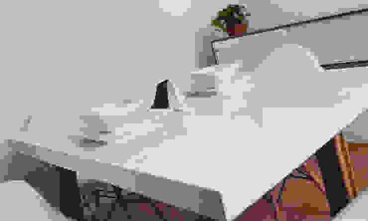 Mobiliario OM de Estudio Raya Minimalista Compuestos de madera y plástico