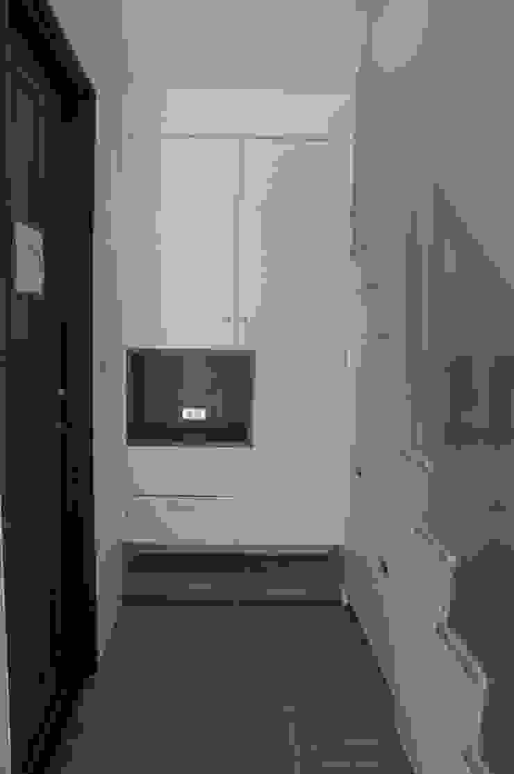 Corredores, halls e escadas asiáticos por houseda Asiático Madeira Efeito de madeira