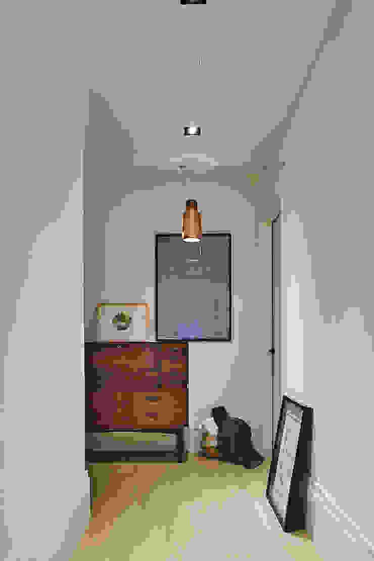 信義何宅 斯堪的納維亞風格的走廊,走廊和樓梯 根據 東江齋空間設計 北歐風