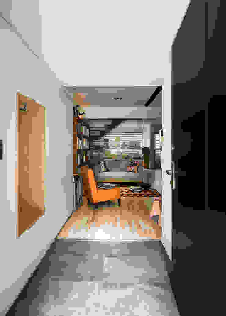 內湖陳公館 斯堪的納維亞風格的走廊,走廊和樓梯 根據 東江齋空間設計 北歐風