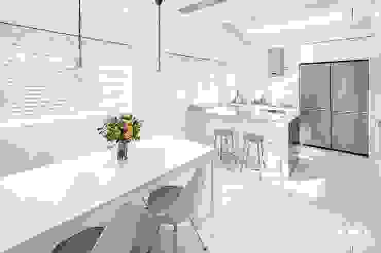 Modern dining room by 소호디자인 Modern