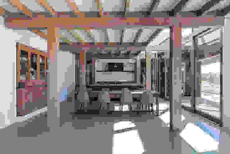 Longhouse Moderne woonkamers van Boon architecten Modern Massief hout Bont