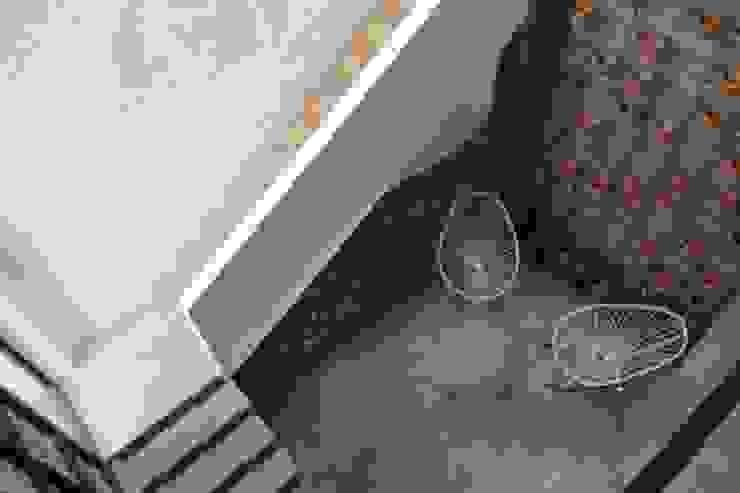 Balcones y terrazas de estilo minimalista de Apaloosa Estudio de Arquitectura y Diseño Minimalista Hormigón