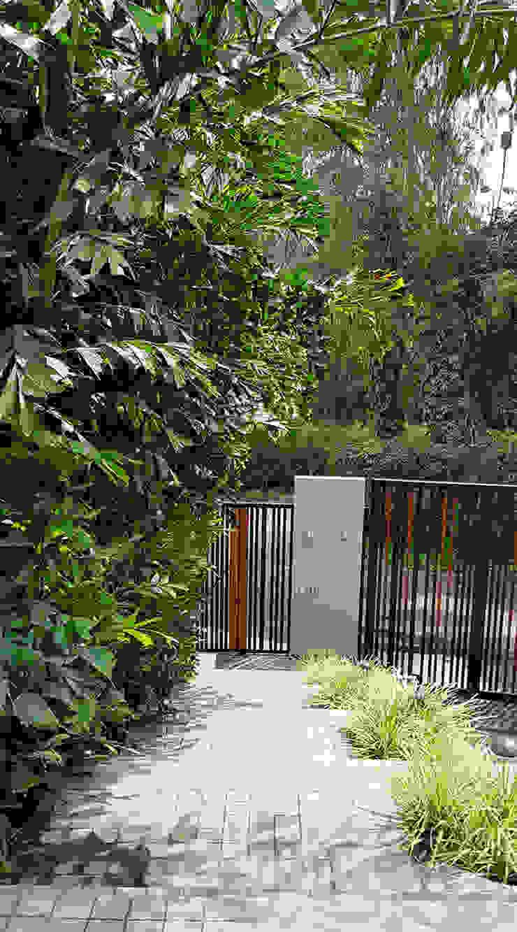 Un jardín donde el cliente se pueda sentir en un oasis particular. Puertas modernas de Marcia Lenz Paisajismo Moderno