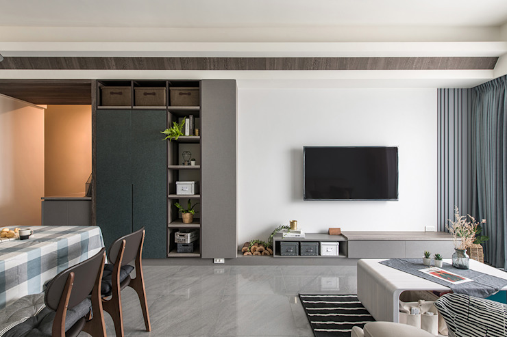 竹北/灰階暖木質感宅 现代客厅設計點子、靈感 & 圖片 根據 達譽設計 現代風