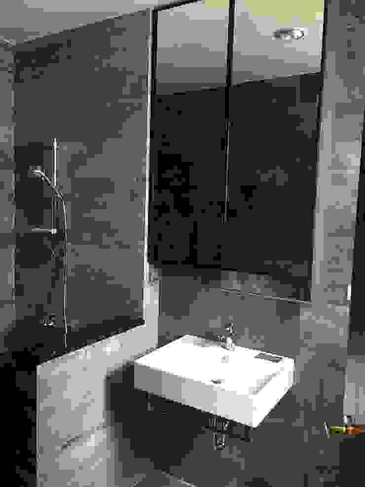 集合住宅-3 現代浴室設計點子、靈感&圖片 根據 houseda 現代風 磁磚