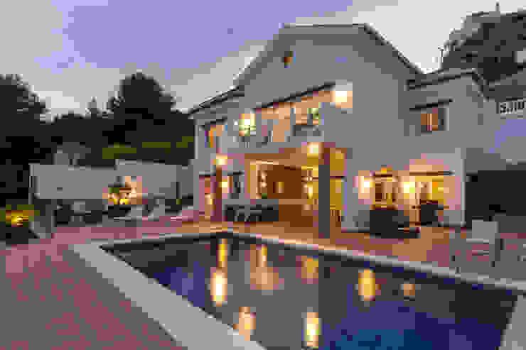 Fachada y piscina Home & Haus | Home Staging & Fotografía Parcelas de agrado