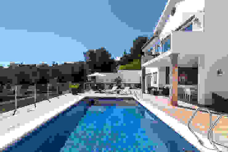Piscina y fachada Home & Haus | Home Staging & Fotografía Piscinas de estilo mediterráneo