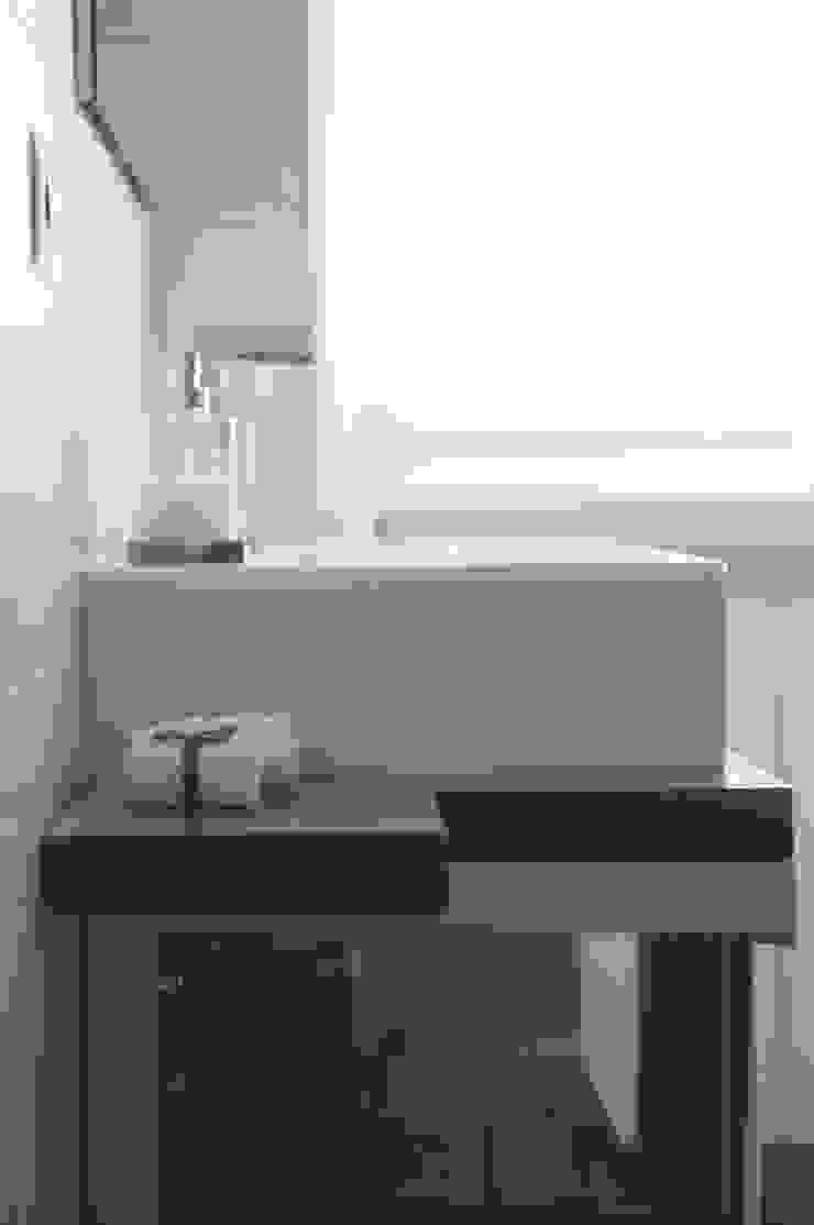 Appartamento in collaborazione con il Designer Matteo Storchio Bagno moderno di Studio di Architettura IATTONI Moderno