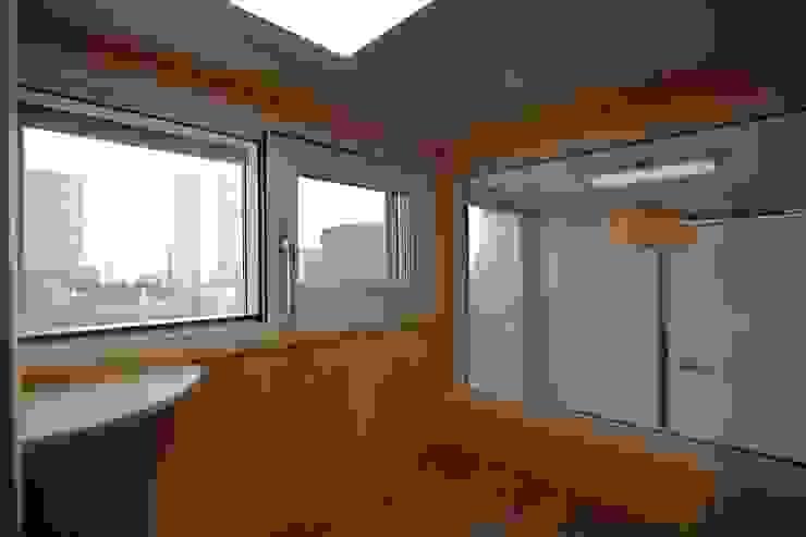 interior by INARK 서울 레이크팰리스 아파트 올리모델링 인아크 건축 설계 인테리어 디자인 미니멀리스트 발코니, 베란다 & 테라스 by inark [인아크 건축 설계 디자인] 미니멀