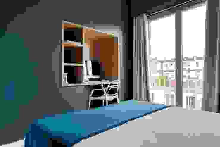 Anne Lapointe Chila Kamar Tidur Modern Kayu Blue