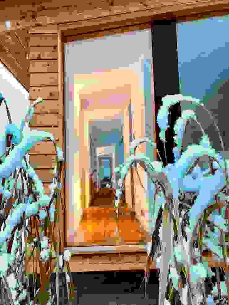 Couloir, entrée, escaliers modernes par Karl Kaffenberger Architektur | Einrichtung Moderne Bois Effet bois