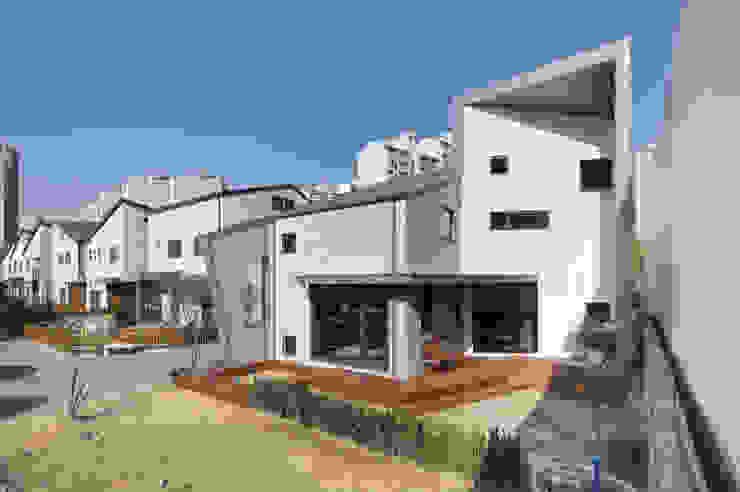 용인 동백주택 상상가득 외경: 주택설계전문 디자인그룹 홈스타일토토의  목조 주택,모던 돌