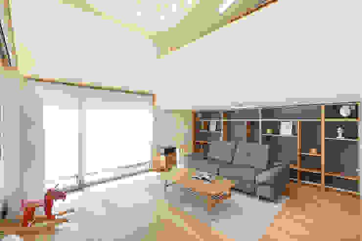 Moderne Wohnzimmer von 주택설계전문 디자인그룹 홈스타일토토 Modern Holz Holznachbildung