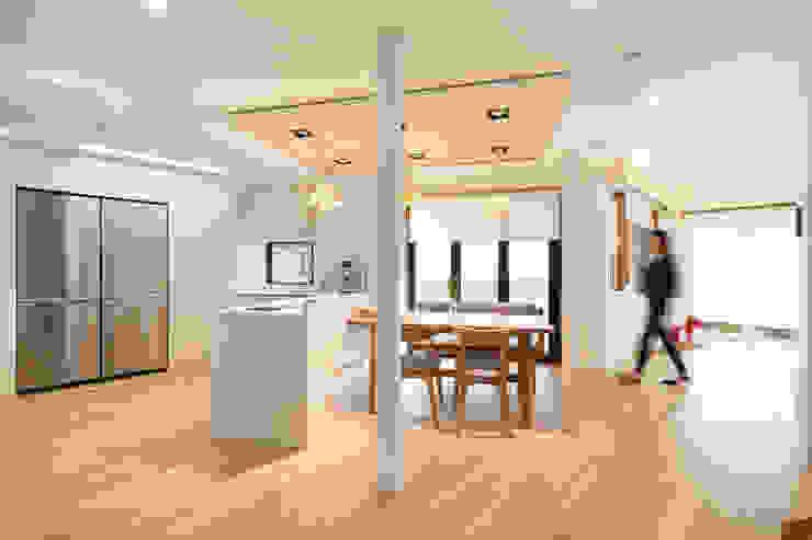 마당으로 개방된 응접실과 주방 by 주택설계전문 디자인그룹 홈스타일토토 모던 우드 우드 그레인