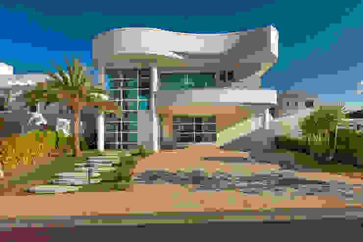 モダンな 家 の Arquiteto Aquiles Nícolas Kílaris モダン