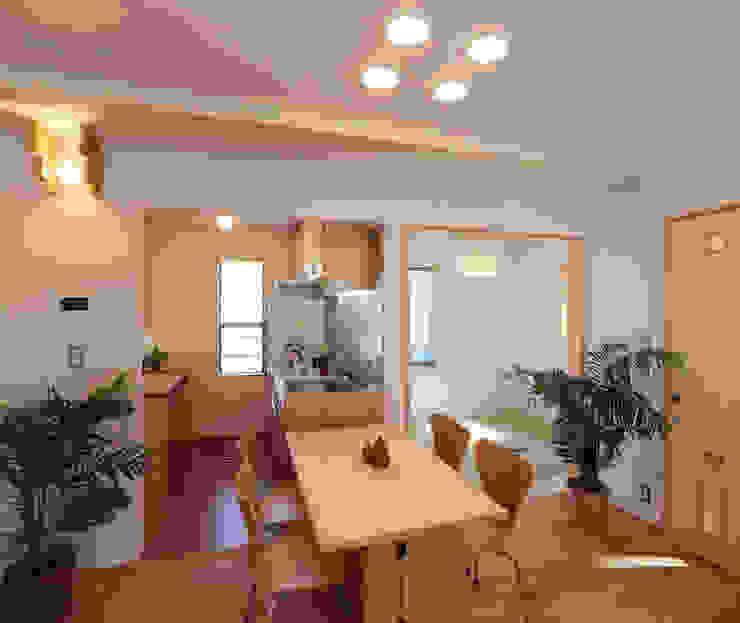 Moderne Esszimmer von 遠藤浩建築設計事務所 H,ENDOH ARCHTECT & ASSOCIATES Modern Massivholz Mehrfarbig
