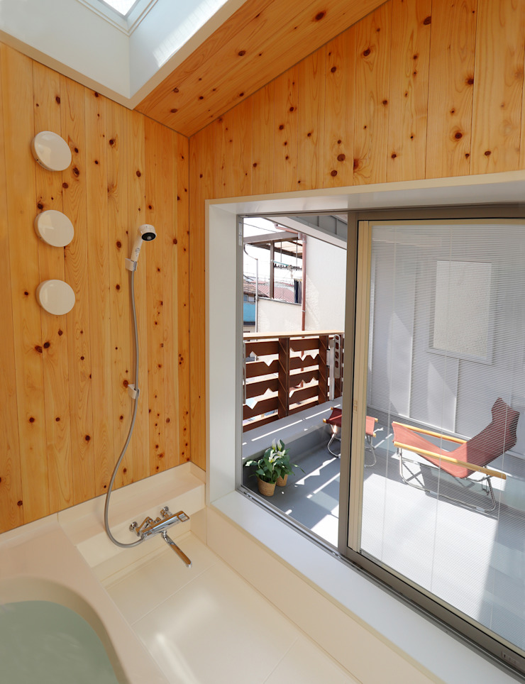 Moderne Badezimmer von 遠藤浩建築設計事務所 H,ENDOH ARCHTECT & ASSOCIATES Modern Massivholz Mehrfarbig