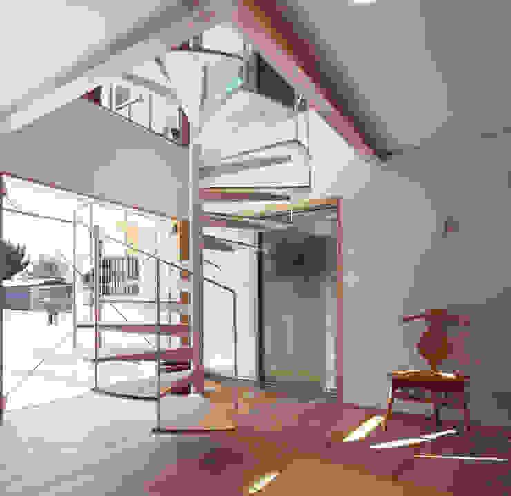 Moderne Wohnzimmer von 遠藤浩建築設計事務所 H,ENDOH ARCHTECT & ASSOCIATES Modern Massivholz Mehrfarbig