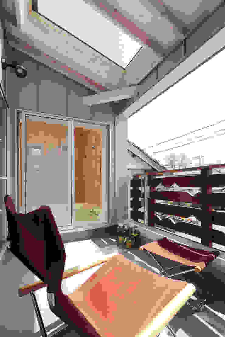 Moderner Balkon, Veranda & Terrasse von 遠藤浩建築設計事務所 H,ENDOH ARCHTECT & ASSOCIATES Modern Aluminium/Zink