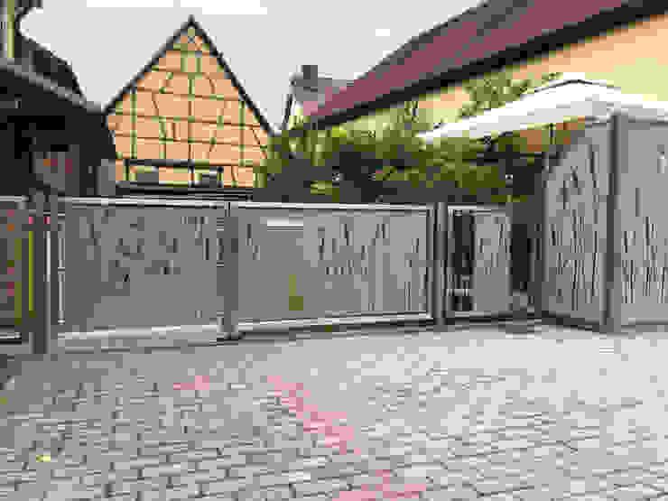 Hofeingangstor Moderner Balkon, Veranda & Terrasse von Edelstahl Atelier Crouse: Modern Metall