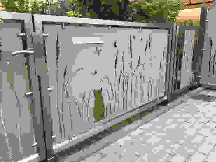 Einfahrtstor von Edelstahl Atelier Crouse: Landhaus Metall