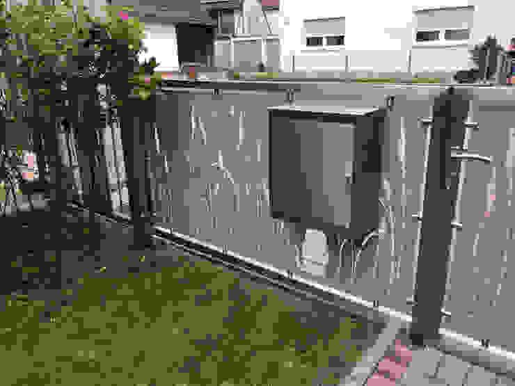 Integrierter Postkasten von Edelstahl Atelier Crouse: Modern Metall