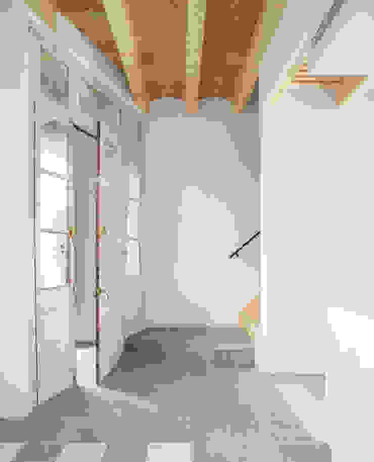 Mediterranean style corridor, hallway and stairs by AlbertBrito Arquitectura Mediterranean Concrete
