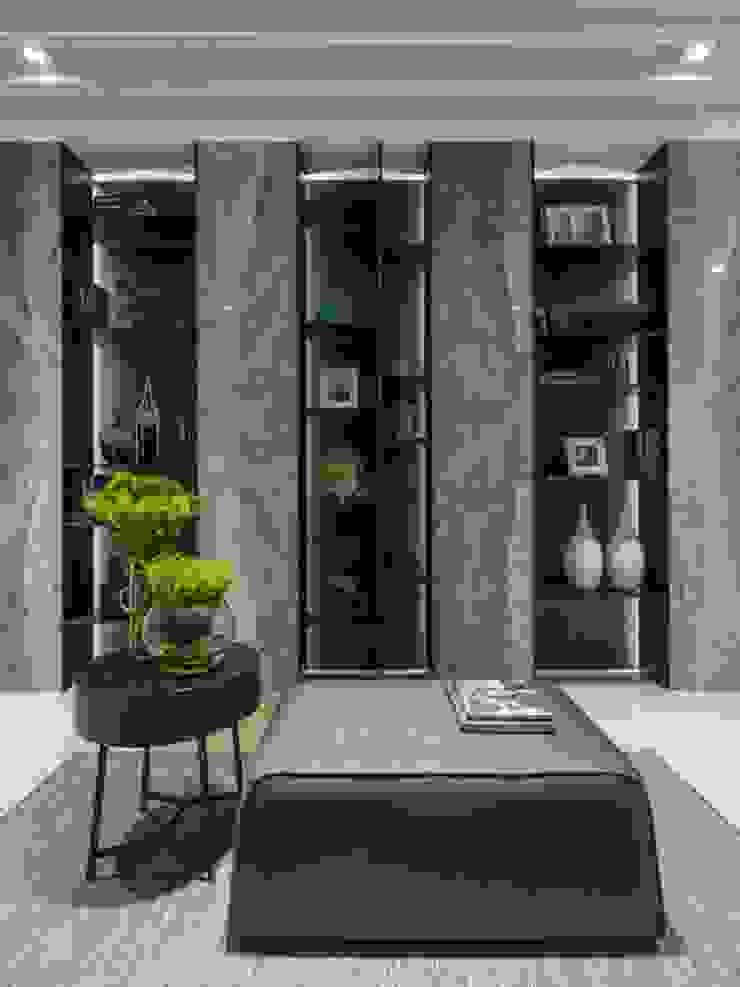 連接客廳與餐廳的公領域,打造展示櫃擺放屋主的收藏品 經典風格的走廊,走廊和樓梯 根據 湘頡設計 古典風