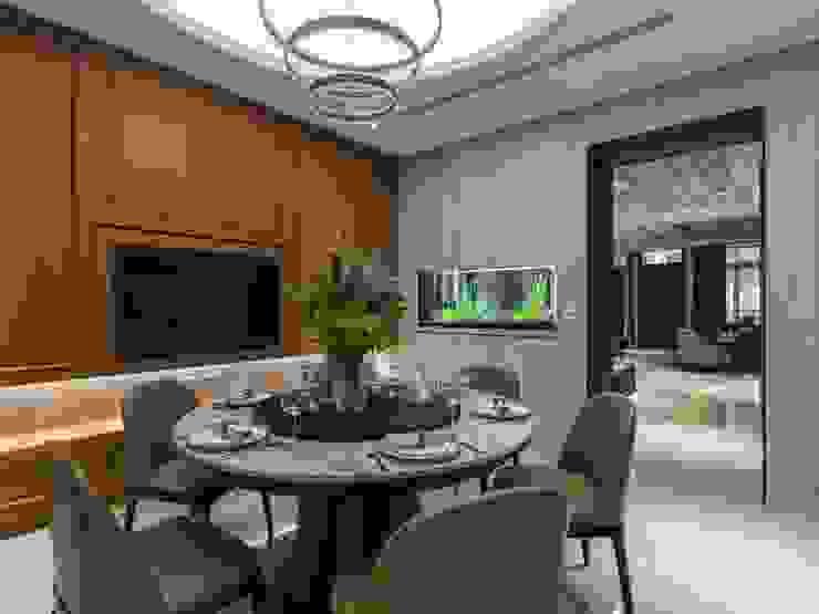 餐廳內圓桌取代方桌,讓空間更加有圓融的氛圍;吊燈也使用圓圈造型與客廳天花的吊燈相呼應 根據 湘頡設計 古典風