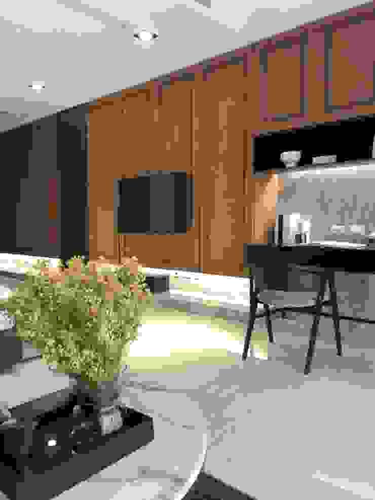 臥室內的電視牆後面是收納櫃;旁邊擺上工作桌,也可以是化妝台 根據 湘頡設計 現代風