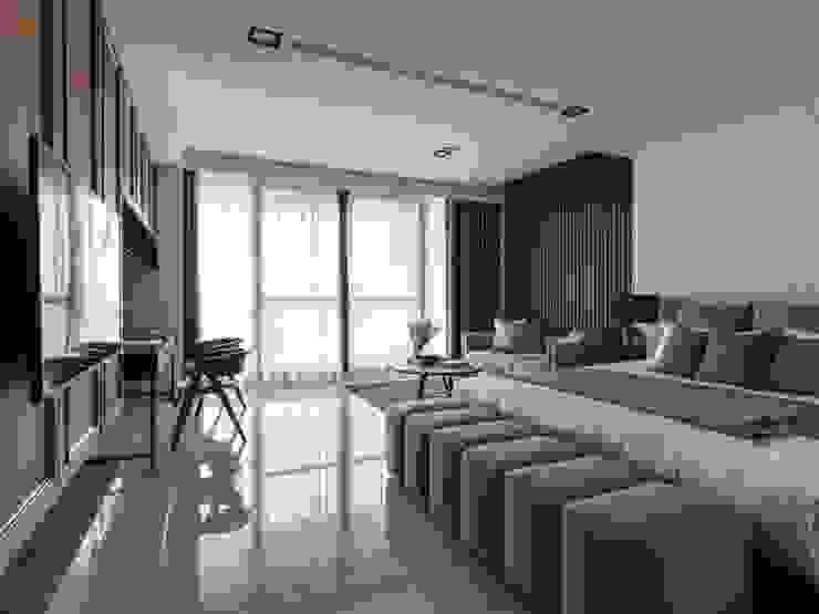 二樓主臥室也是使用大片落地窗並搭配休憩的沙發與壁掛式電視 根據 湘頡設計 現代風