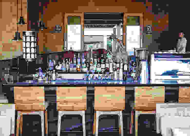 Bar Area Ruang Penyimpanan Wine/Anggur Tropis Oleh Sweden studio Tropis Kayu Wood effect
