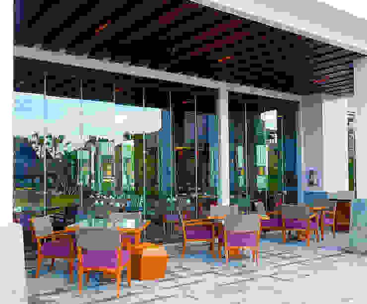 Ritz Carlton Bali, custom chairs, lounge and bar area Balkon, Beranda & Teras Tropis Oleh Sweden studio Tropis Kayu Wood effect