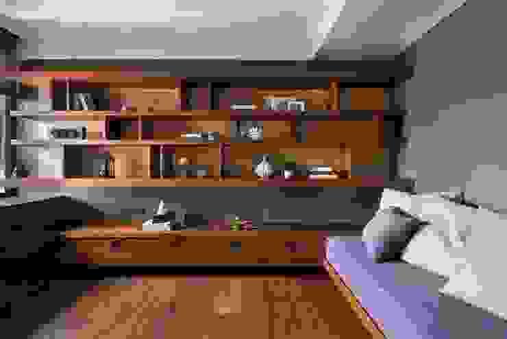 客房的牆面展示架能擺放許多收藏品 Asian style walls & floors by 宸域空間設計有限公司 Asian