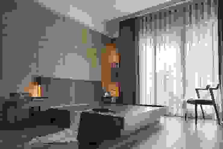主臥大片的落地窗讓室內明亮 根據 宸域空間設計有限公司 古典風