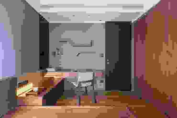牆面上簡單的書架層 根據 宸域空間設計有限公司 古典風