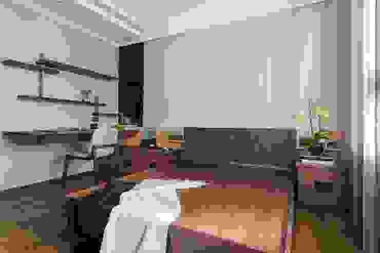 牆面也訂製簡單的書架層 根據 宸域空間設計有限公司 古典風