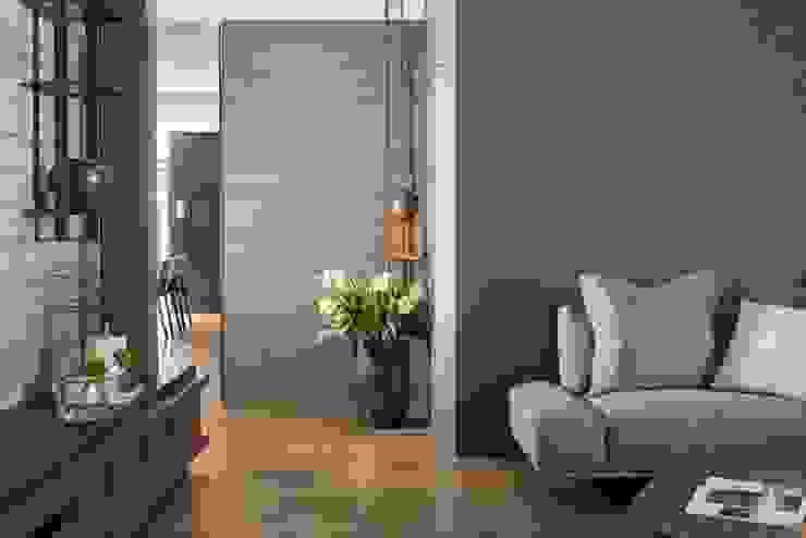 客廳通往餐廳的廊道 經典風格的走廊,走廊和樓梯 根據 宸域空間設計有限公司 古典風